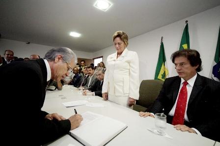 Dr_Nazareno_Costa_assina_termo_de_posse