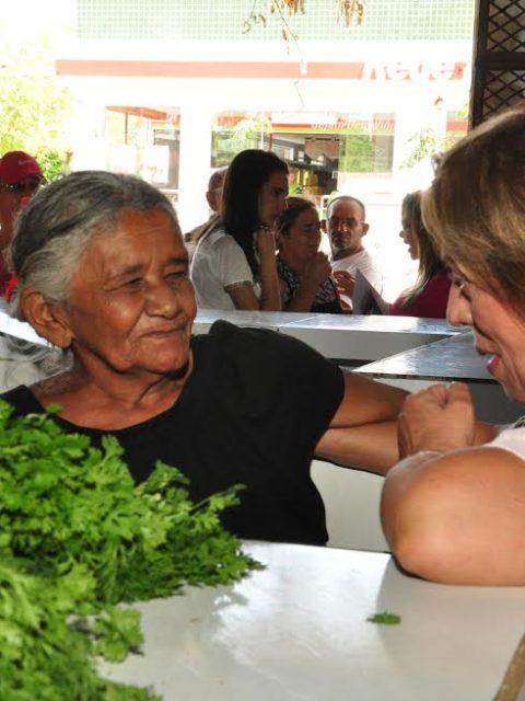 Candidata Rosalba Ciarlini visita mercado do Bom Jardim