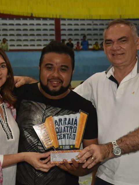 Prefeito-Paulinho-entrega-trofeu.jpg